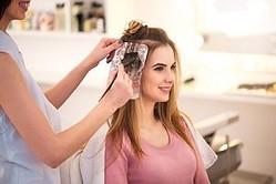 気になるヘアーカラーにお答えします!適切な頻度や上手なやり方のサムネイル画像