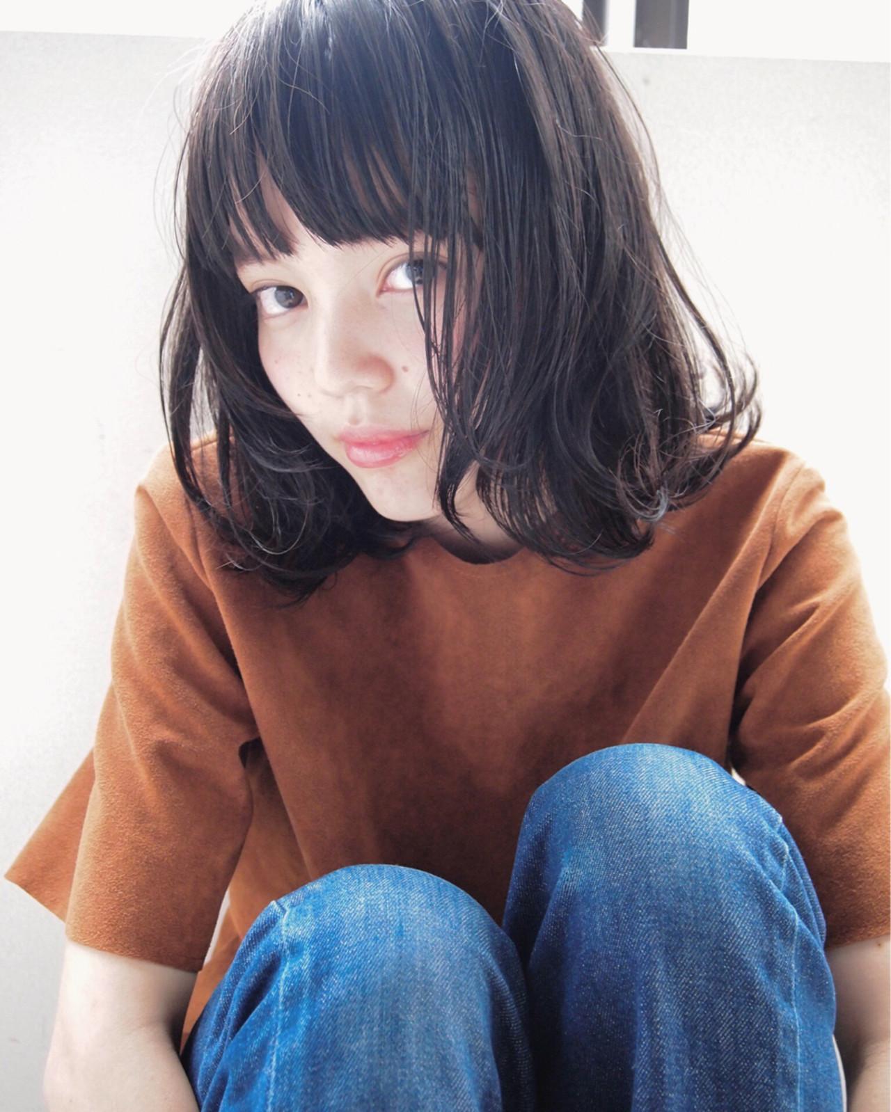丸顔さんも面長さんも!黒髪のミディアムパーマスタイル特集!のサムネイル画像