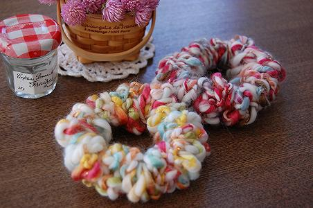 毛糸でハンドメイド!もこもこシュシュで心まで温まる冬に。のサムネイル画像