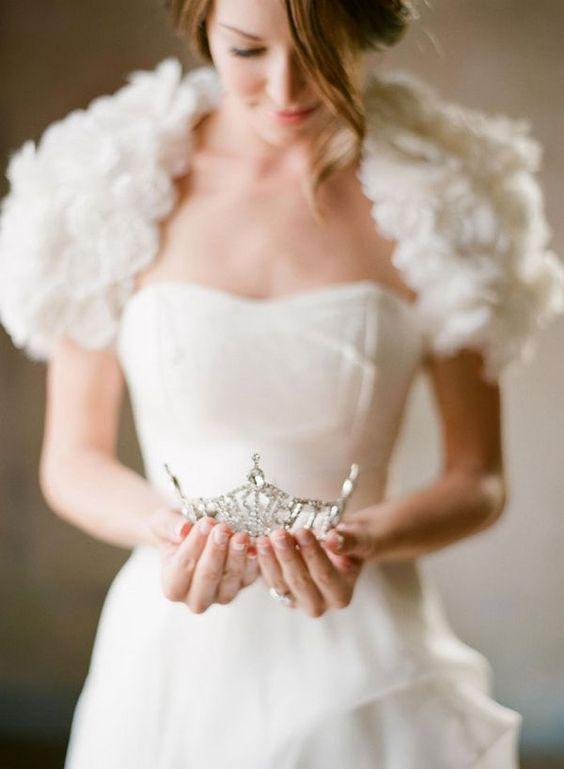 キラキラ輝くティアラで素敵な結婚式に♡タイプ別カタログ♡のサムネイル画像