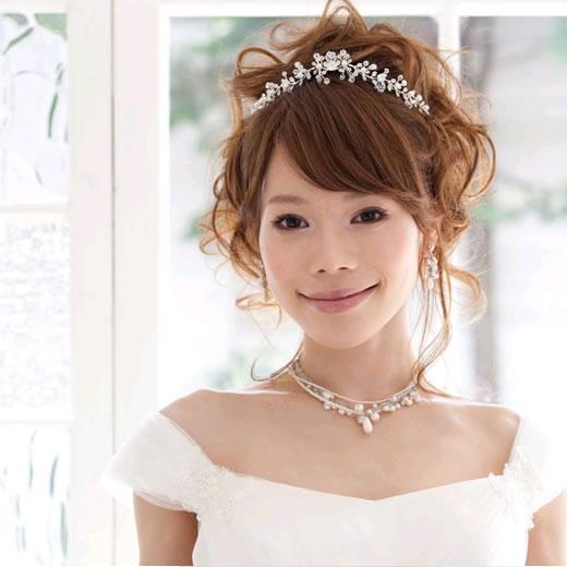 小顔効果も!カチューシャを使用したウエディングドレスの髪型集のサムネイル画像