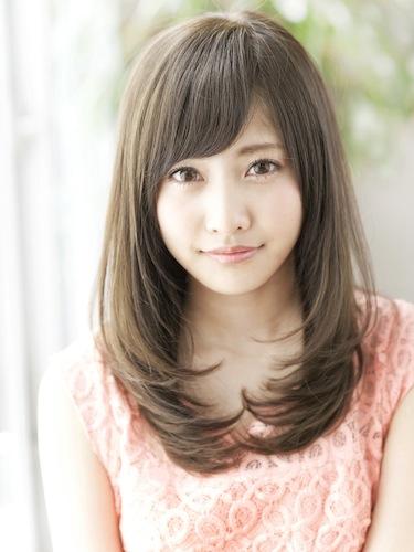 ベース型の輪郭で悩んでいる人必見!小顔に見せてくれる髪型特集のサムネイル画像