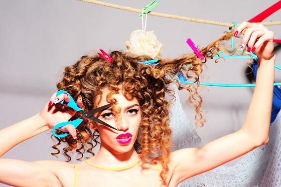 チリチリな髪の毛をどうにかしたい!ダメージを改善させる方法とは?のサムネイル画像