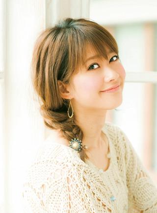 ミディアムヘアでも三つ編みを使ったヘアアレンジでおしゃれに☆のサムネイル画像