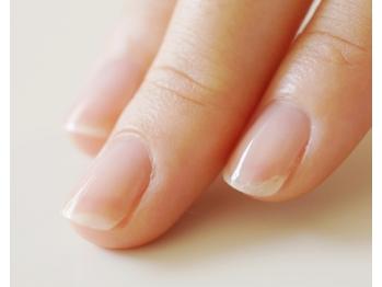 強く美しい爪を長く保ちたい!自宅でできるネイルケア方法とは?のサムネイル画像