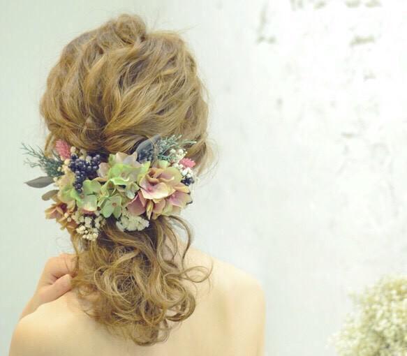 可愛いコサージュ髪飾りで♡お目立ちヘアスタイルで行きましょう♪のサムネイル画像