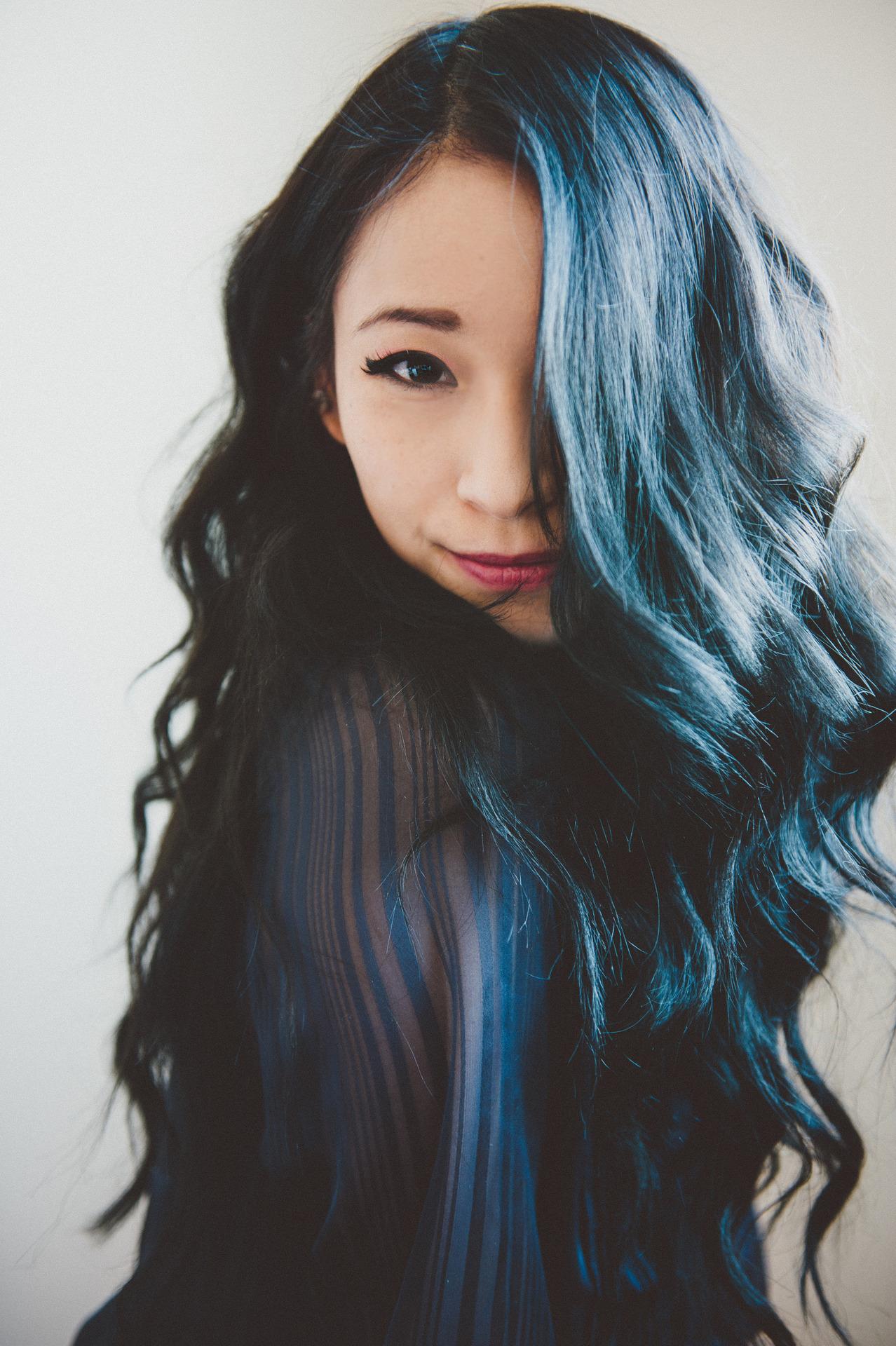 暗髪に透明感をプラス!大人女子のヘアカラーはネイビーがオススメのサムネイル画像
