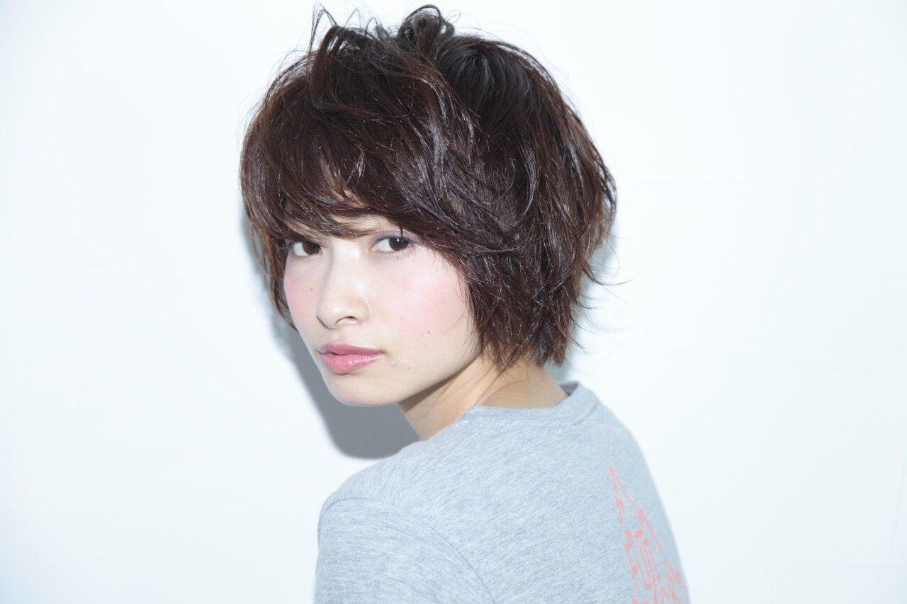 〈髪型〉街で見つけた!おしゃれな女性のショートスタイルとはのサムネイル画像