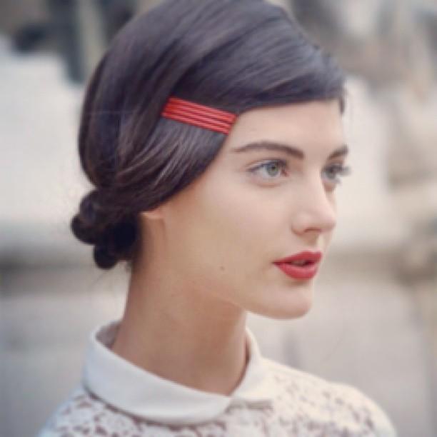 【初心者でもOK】前髪 ピンの留め方で可愛いヘアアレンジを楽しもうのサムネイル画像