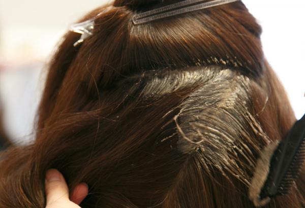 しっかり白髪染めをするなら美容院で!美容院が良い理由とは?のサムネイル画像