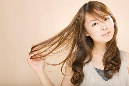 扱いにくいくせ毛は改善できる!?くせ毛の髪質を改善する方法!のサムネイル画像