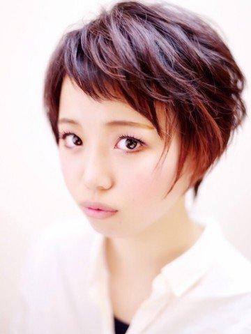 毛先に赤をプラスして少し個性的な可愛いヘアカラーを楽しもう!のサムネイル画像