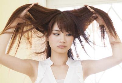 【静電気キライ!!】髪の毛の静電気の原因と対策のまとめ♪のサムネイル画像