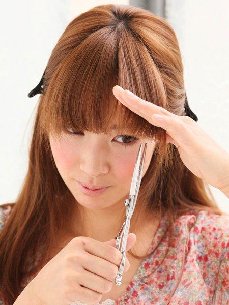 【美容院代を節約!】自分の髪の毛をセルフカット!上手な切り方紹介のサムネイル画像