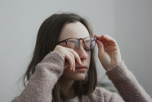 20代で白髪になる原因・改善・対策3ステップを紹介【意外と多い】のサムネイル画像