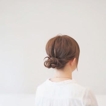 忙しい朝でも簡単にできちゃう☆すっきり清楚なアップスタイル髪型のサムネイル画像