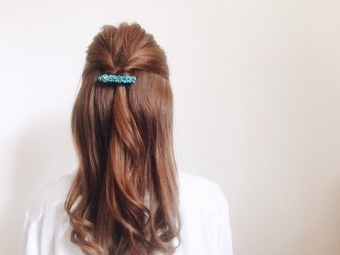 女性ならではのロングヘアを、簡単ヘアアレンジでもっと女性らしく♪のサムネイル画像