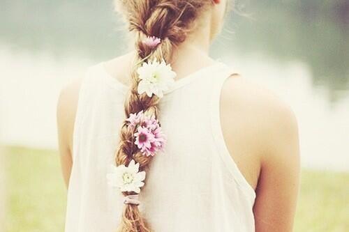 女性らしさをアップする、美しいお花モチーフのヘアアレンジ集のサムネイル画像