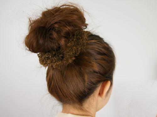 簡単だけどおしゃれに見える!髪をくるっとお団子にする方法のサムネイル画像