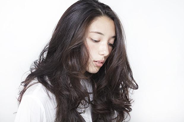 《美人髪》ロングヘアー×センター分けで女性らしい魅力を!のサムネイル画像