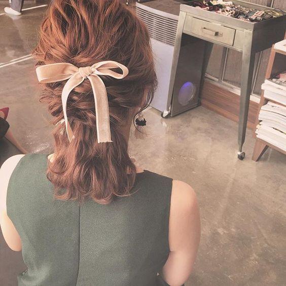 【スタイル別】結婚式はどの髪型で参列する?簡単セルフアレンジ20選のサムネイル画像