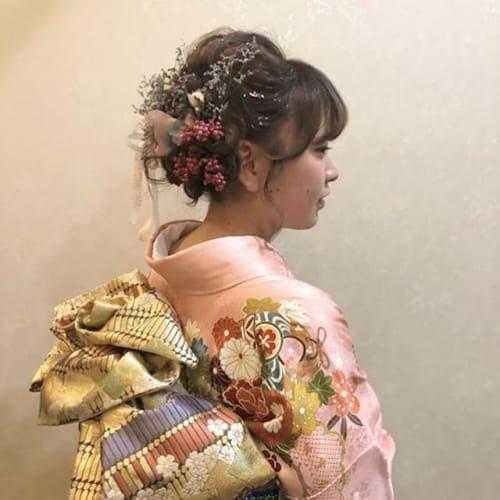 飾りを盛るのが今っぽ♡ 【低めヘア×ヘアアクセ】成人式アレンジ!のサムネイル画像