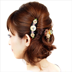 髪に彩りを添えてくれるアクセサリーとその選び方をご紹介します!のサムネイル画像