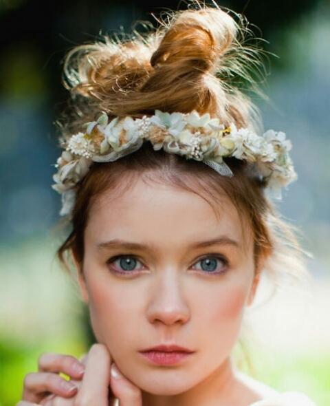 大好き花冠♡海外風!アンティークでお洒落なヘアスタイルまとめ♡のサムネイル画像