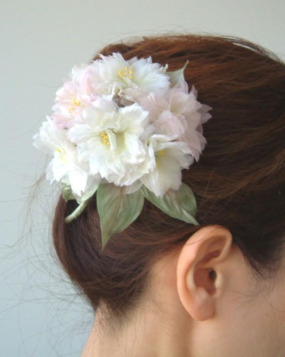上品なイメージはヘアスタイルから!コサージュの髪飾りをご紹介!のサムネイル画像