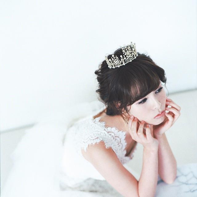 プレ花嫁さん必見!アクセサリーのティアラを使用したヘアアレンジ例のサムネイル画像