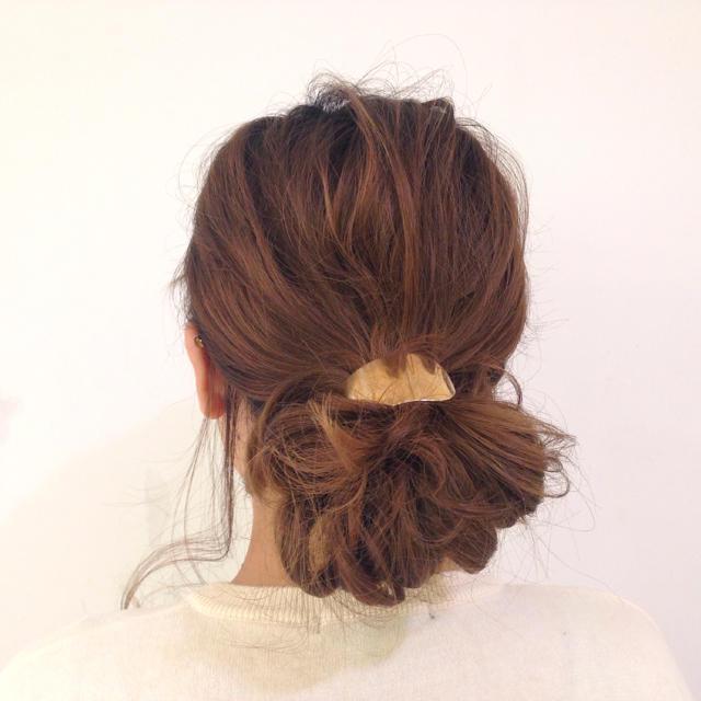 ミディアムのお団子ヘアはオンオフ使えるヘアアレンジなのでお勧め♡のサムネイル画像