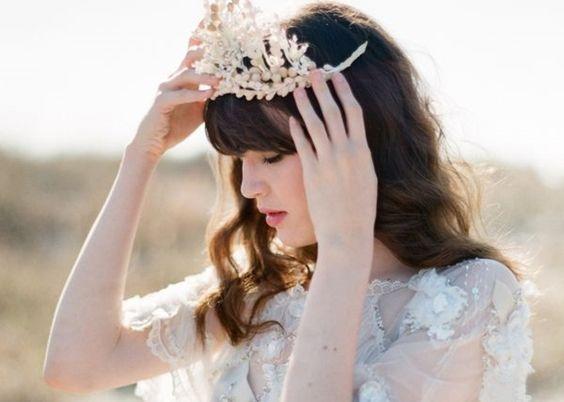 花嫁に贈るティアラを取り入れたヘアスタイル画像!幸せな結婚式を♡のサムネイル画像