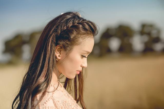 伸ばしかけ前髪はヘアアレンジ次第でこんなにかわいくなれるのサムネイル画像