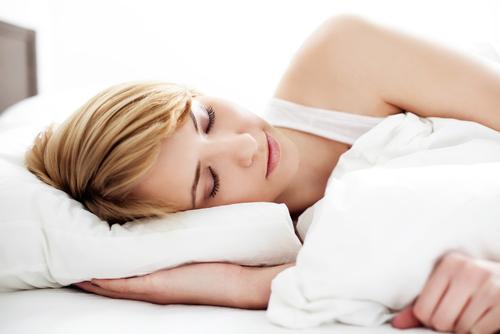 寝ている間にも髪は傷んでしまう…寝るときは髪はどうしたらいいの?のサムネイル画像