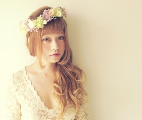 自然の美しさには敵わない。花冠×ドレスで花のあるウェディングのサムネイル画像