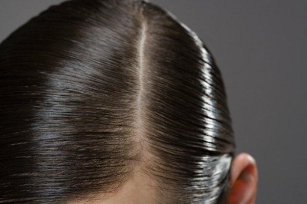 同じ分け目は薄毛の原因に?髪の毛の分け目を変えて印象も変えよう!のサムネイル画像